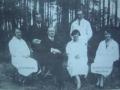 Zdjęcie przedstawiające grupę ludzi na tle drzew