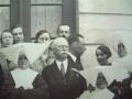 Zdjęcie przedstawiające grupę personelu szpitala ze zbliżeniem na dyrektora